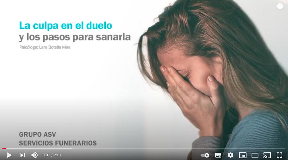 mujer triste en duelo